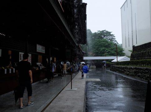 屋根から落ちる雨